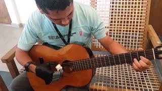 Elías Benítez toca la guitarra con una prótesis hecha en una impresora 3D.