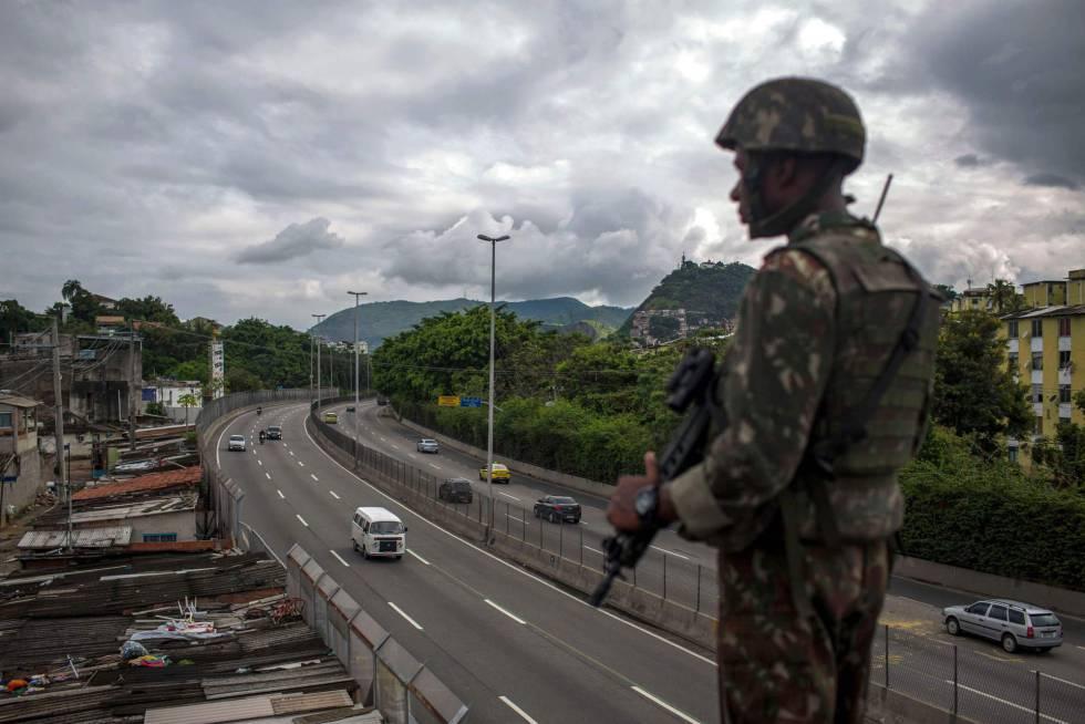 Soldado do exército patrulha a Linha Amarela, no Rio de Janeiro, em fevereiro deste ano.