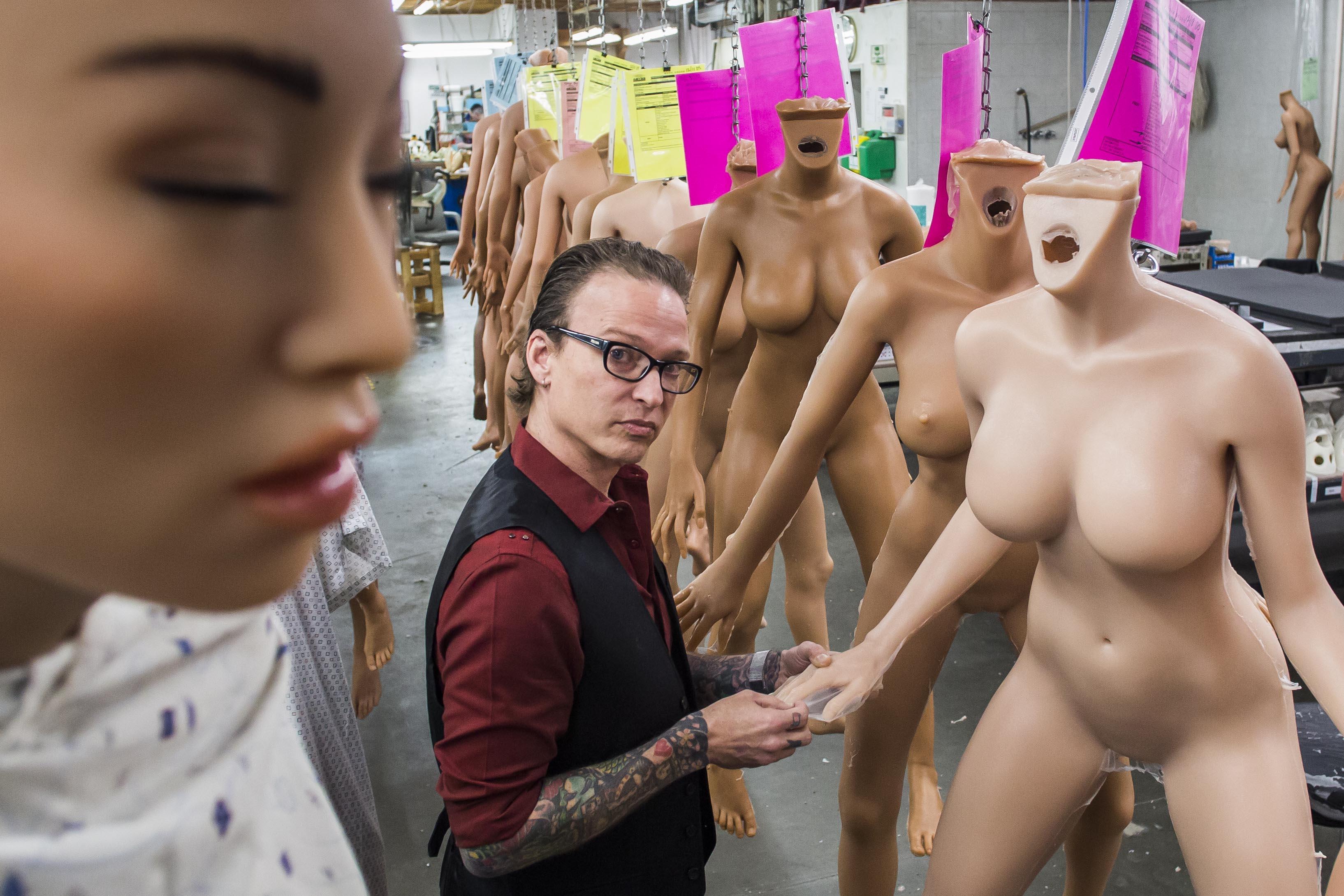 Matt McMullen, fundador de RealDoll, junto às bonecas em sua oficina de San Marcos.